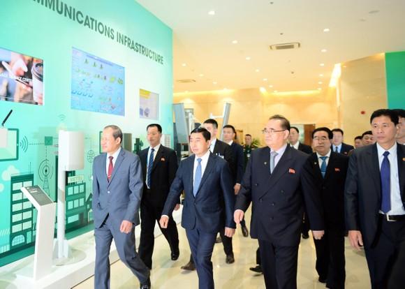 Đoàn cấp cao Triều Tiên tham quan tổ hợp nghiên cứu, sản xuất thiết bị dân sự của Viettel ảnh 1