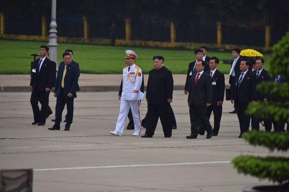 Chủ tịch Triều Tiên Kim Jong-un vào Lăng viếng Chủ tịch Hồ Chí Minh trước khi rời Hà Nội ảnh 3