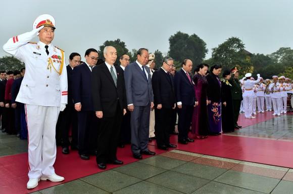 Đại biểu dự Đại hội XIII của Đảng vào Lăng viếng Chủ tịch Hồ Chí Minh ảnh 7