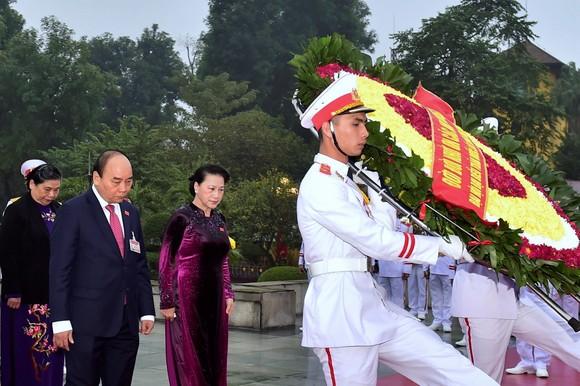 Đại biểu dự Đại hội XIII của Đảng vào Lăng viếng Chủ tịch Hồ Chí Minh ảnh 5