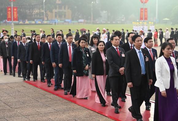 Đại biểu dự Đại hội XIII của Đảng vào Lăng viếng Chủ tịch Hồ Chí Minh ảnh 8