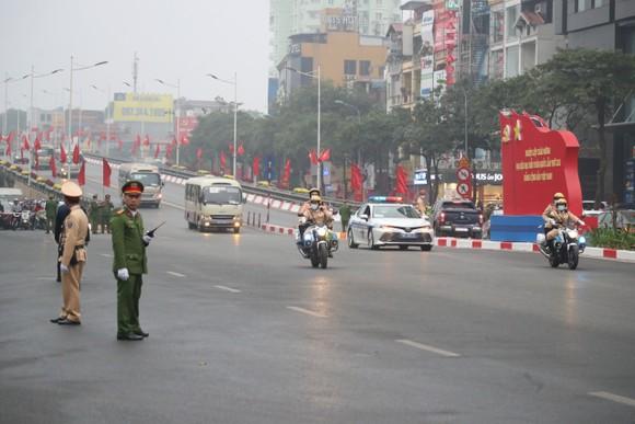 Đại biểu dự Đại hội XIII của Đảng vào Lăng viếng Chủ tịch Hồ Chí Minh ảnh 10