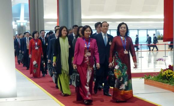 Đại biểu dự Đại hội XIII của Đảng vào Lăng viếng Chủ tịch Hồ Chí Minh ảnh 13