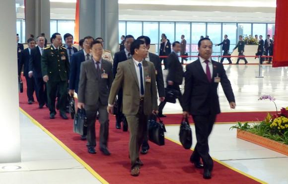 Đại biểu dự Đại hội XIII của Đảng vào Lăng viếng Chủ tịch Hồ Chí Minh ảnh 14