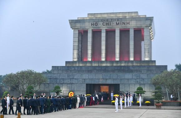 Đại biểu dự Đại hội XIII của Đảng vào Lăng viếng Chủ tịch Hồ Chí Minh ảnh 4
