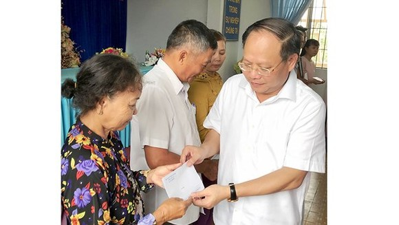 HCMC leader gifts poor residents in Long An province