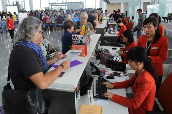 Passengers register at Jetstar Pacific's booth (Photo: SGGP)
