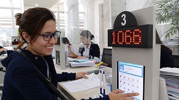 Citizens rate their level of satisfaction with government officials in the People's Committee of District 1. Photo by Viet Dung