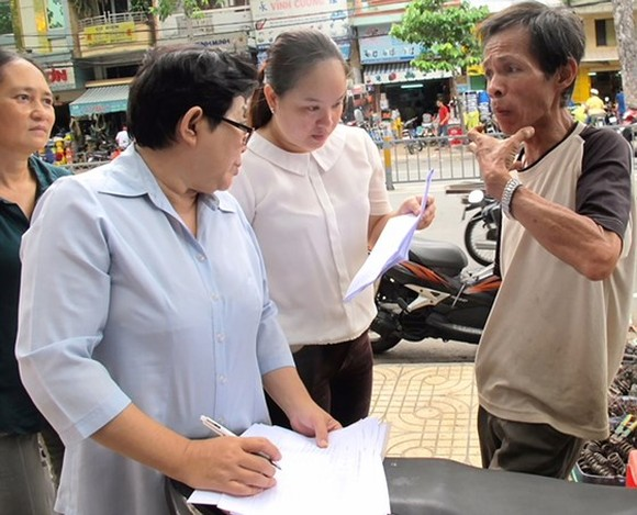 Social workers carry out survey of poverty households in district 5 (Photo: SGGP)