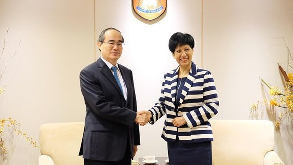 Secretary of the Ho Chi Minh City Party Committee Nguyen Thien Nhan shakes hand with Second Minister for Education of Singapore Indranee Rajah  (Photo: SGGP)