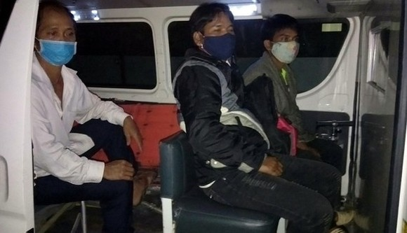 Three men returning from Lao are transported to quarantine areas (Photo: SGGP)