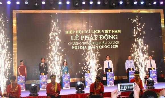 A program to boost domestic travel demand until the end of 2020 is launched by Vietnam Airlines and the Vietnam Tourism Association on May 16. (Photo: Lao Dong)