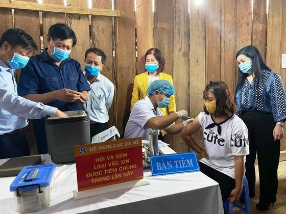 Deputy Health Minister Do Xuan Tuyen examines a vaccination center (Photo: SGGP)