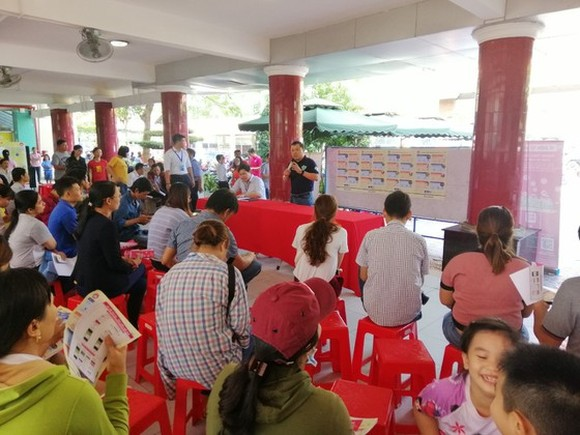 Parents are listening to the cashless tuition payment project (Photo: SGGP)