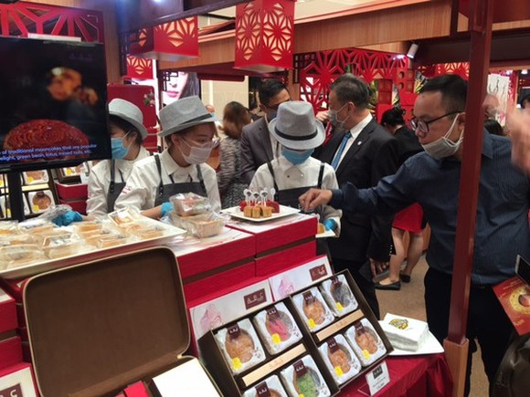 Visitors seek information of the new moon cake at the festival (Photo: SGGP)