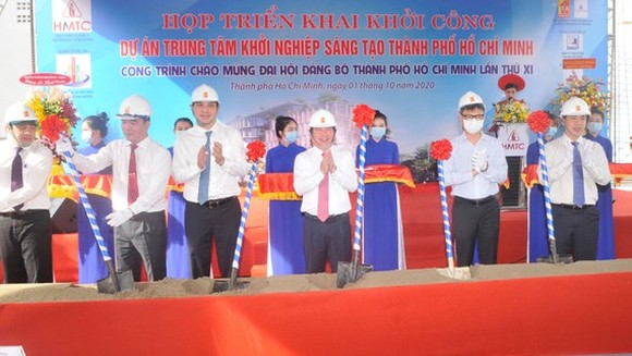 City officials are shoveling sand in a ceremony to kick-start the construction of a startup and innovation center in Ho Chi Minh City on October 1, 2020 (Photo: SGGP)