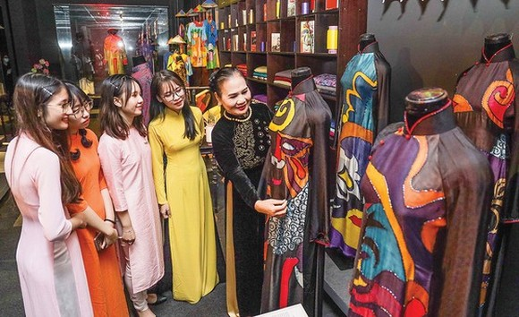People pay visit to Ao Dai Museum (Photo: SGGP)
