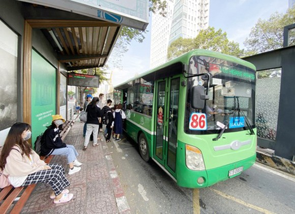 Using public transport is a useful way to reduce exhaust fumes. (Photo: SGGP)