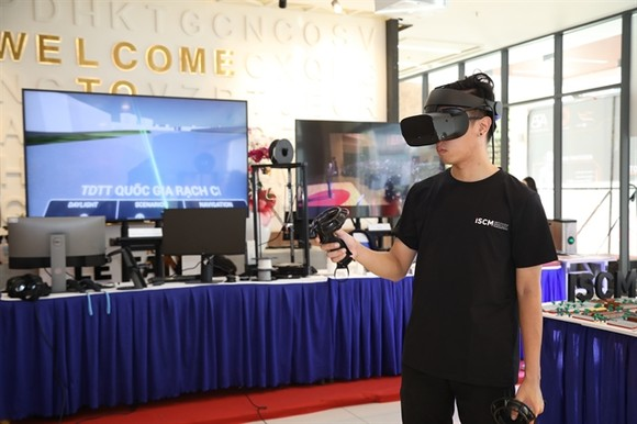 A visitor at an exhibition area displaying science and technology products held as part of Techfest Southeast Region 2020 in HCMC (Photo:  Photo courtesy of the University of Economics of HCMC)