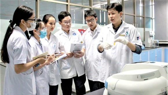 Nguyen Hoang Chinh and his colleagues (Photo: SGGP)