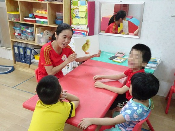 A teacher is teaching children with disabilities (Photo: SGGP)