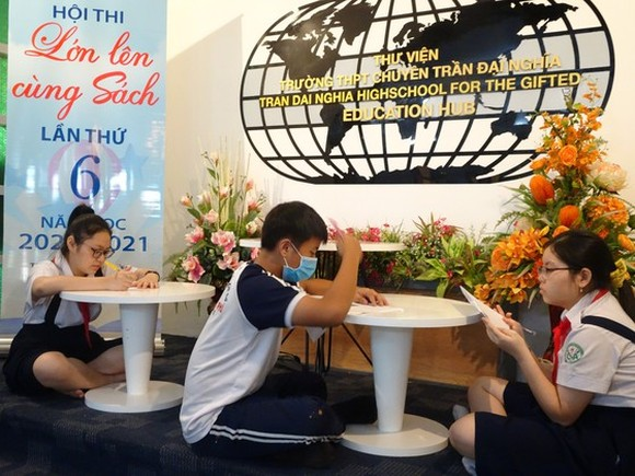 Students are reading books at the festival (Photo: SGGP)