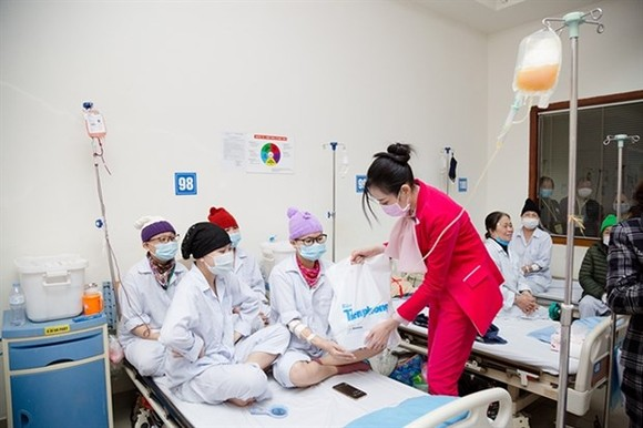 Miss Vietnam 2020 Do Thi Ha presents gifts to blood patients at the National Institute of Haematology and Blood Transfusions. (Photo: VNA)