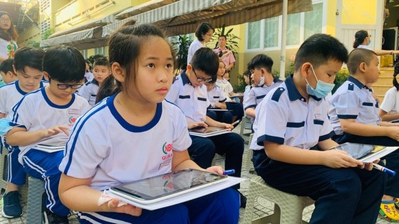 Students learn out activities of administration, culture, education organizations (Photo: SGGP)