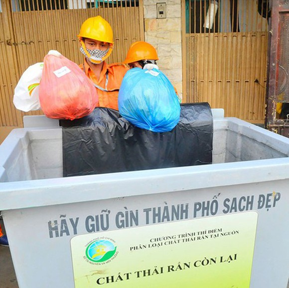 Garbage collection and sorting at a gathering point in District 1. (Photo: SGGP)