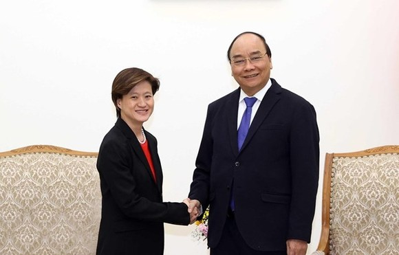 Prime Minister Nguyen Xuan Phuc (R) receives outgoing Singaporean Ambassador to Vietnam Catherine Wong (Photo: VNA)
