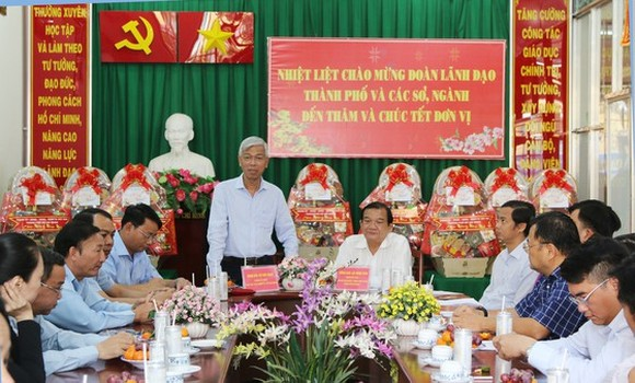 Deputy Chairman of the Ho Chi Minh City People's Committee Vo Van Hoan at a center (Photo: SGGP)