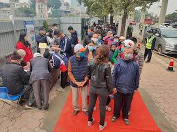 Residents in Hanoi were queuing to visit the station and the trains of Nhon-Hanoi Railway Station metro line on January 23 (Photo: SGGP)