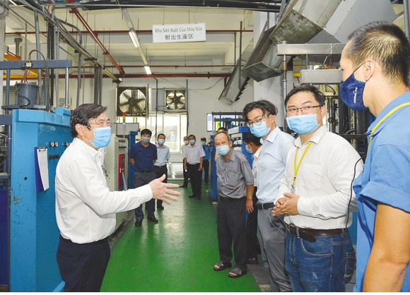Chairman of Ho Chi Minh City People's Committee Nguyen Thanh Phong directs workers in Tan Thuan Export Processing Zone how to prevent Covid-19 in April, 2020 (Photo: SGGP)