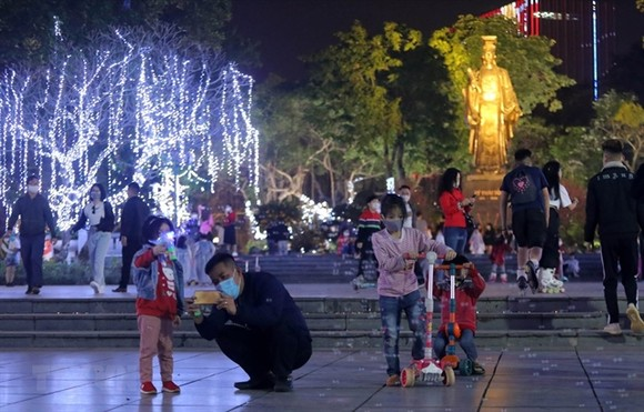 Children and their parents play at Ly Thai To Square in Hoan Kiem Lake. — VNA/VNS Photo