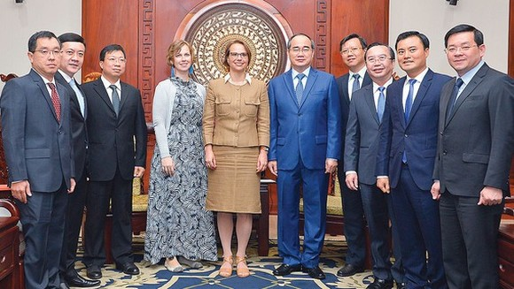 Secretary of the Ho Chi Minh City Party Committee Nguyen Thien Nhan receives Ms. Josefine Wallat, Consul General of Germany in Ho Chi Minh City. (Photo: Viet Dung)