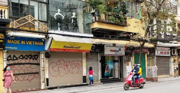 Stores in Hanoi suspend operation due to Covid-19