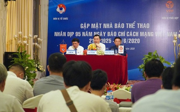 Leaders of the Vietnam Football Federation and Vietnam Professional Football Joint Stock Company meet sport reporters