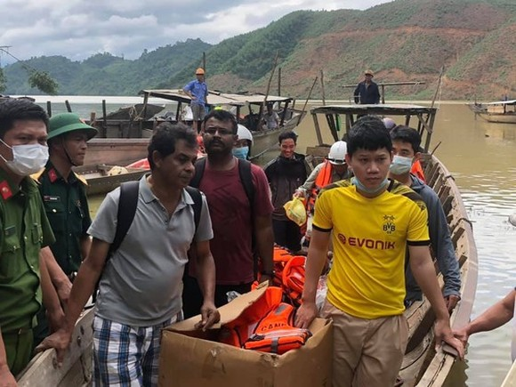 Victims are rescued from Rao Trang 4 hydropower plant
