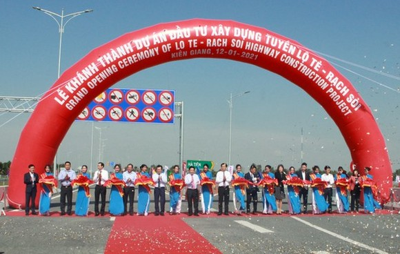 Senior leaders and delegates cut the ribbons on the Lo Te – Rach Soi expressway project opening ceremony