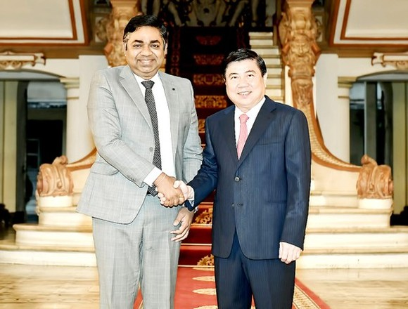 Chairman of Ho Chi Minh City People's Committee Nguyen Thanh Phong (R) and Consul General of India to HCMC Mr. Madan Mohan Sethi (Photo: SGGP/ Viet Dung)