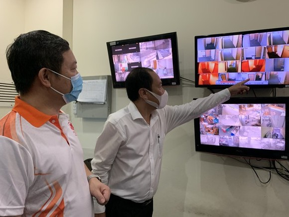 Vice Chairman of Ho Chi Minh City People's Committee Mr. Duong Anh Duc witnessed the strict supervision of paid quarantine facilities for the quarantined people.