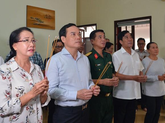 Lãnh đạo TPHCM thăm và thắp hương tưởng nhớ đồng chí Phan Kiệm ảnh 1