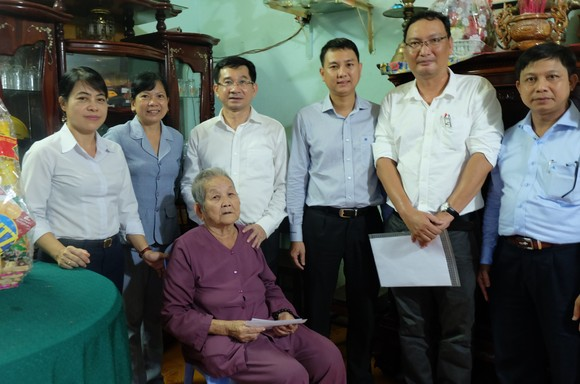 Chủ nhiệm Ủy ban Kiểm tra Thành ủy TPHCM thăm, tặng quà các gia đình có công với cách mạng ảnh 2