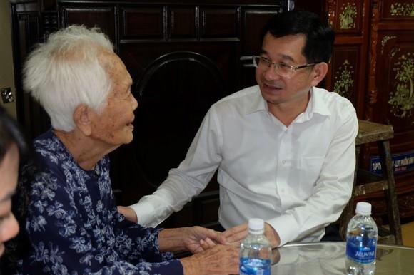 Chủ nhiệm Ủy ban Kiểm tra Thành ủy TPHCM thăm, tặng quà các gia đình có công với cách mạng ảnh 1