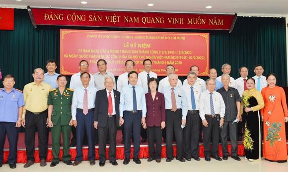 24 đảng viên thuộc Đảng bộ Khối Dân - Chính - Đảng TPHCM nhận Huy hiệu Đảng ảnh 1