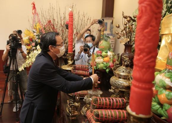 Lãnh đạo TPHCM dâng hương, dâng hoa tưởng niệm các anh hùng liệt sĩ nhân dịp Tết Tân Sửu  ảnh 4