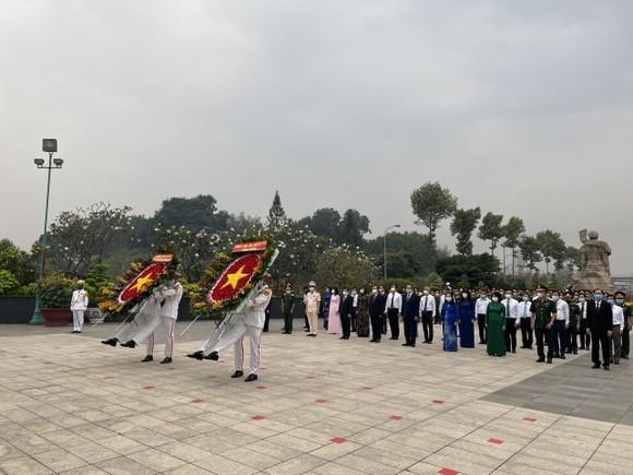 Lãnh đạo TPHCM dâng hương, dâng hoa tưởng niệm các anh hùng liệt sĩ nhân dịp Tết Tân Sửu  ảnh 1