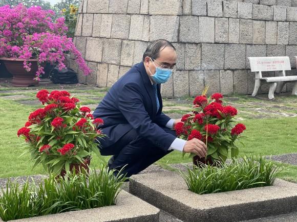 Lãnh đạo TPHCM dâng hương, dâng hoa tưởng niệm các anh hùng liệt sĩ nhân dịp Tết Tân Sửu  ảnh 3