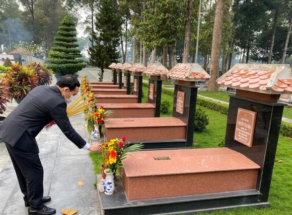 Lãnh đạo TPHCM dâng hương, dâng hoa tưởng niệm các anh hùng liệt sĩ nhân dịp Tết Tân Sửu  ảnh 7
