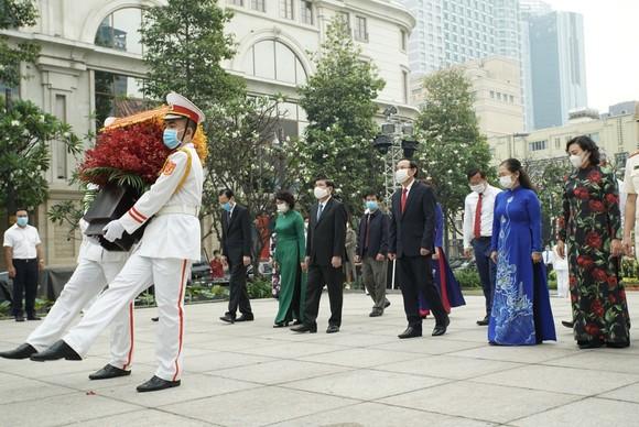 Lãnh đạo TPHCM dâng hương, dâng hoa tưởng niệm các anh hùng liệt sĩ nhân dịp Tết Tân Sửu  ảnh 6